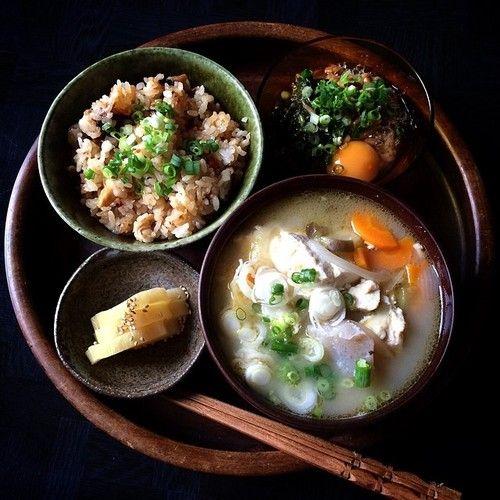 かしわごはん あれこれ野菜と豆腐のお味噌汁 モロヘイヤと玉子入り納豆 たくあん