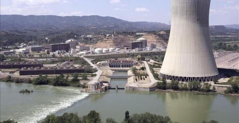 La oposición, salvo UPyD y CiU, se compromete a cerrar Garoña si gobierna Los grupos denuncian que el Gobierno está utilizando el caso de la central burgalesa para alargar la vida del parque nucler español hasta los 60 años.  La central nuclear de Garoña, en Burgos. EFE