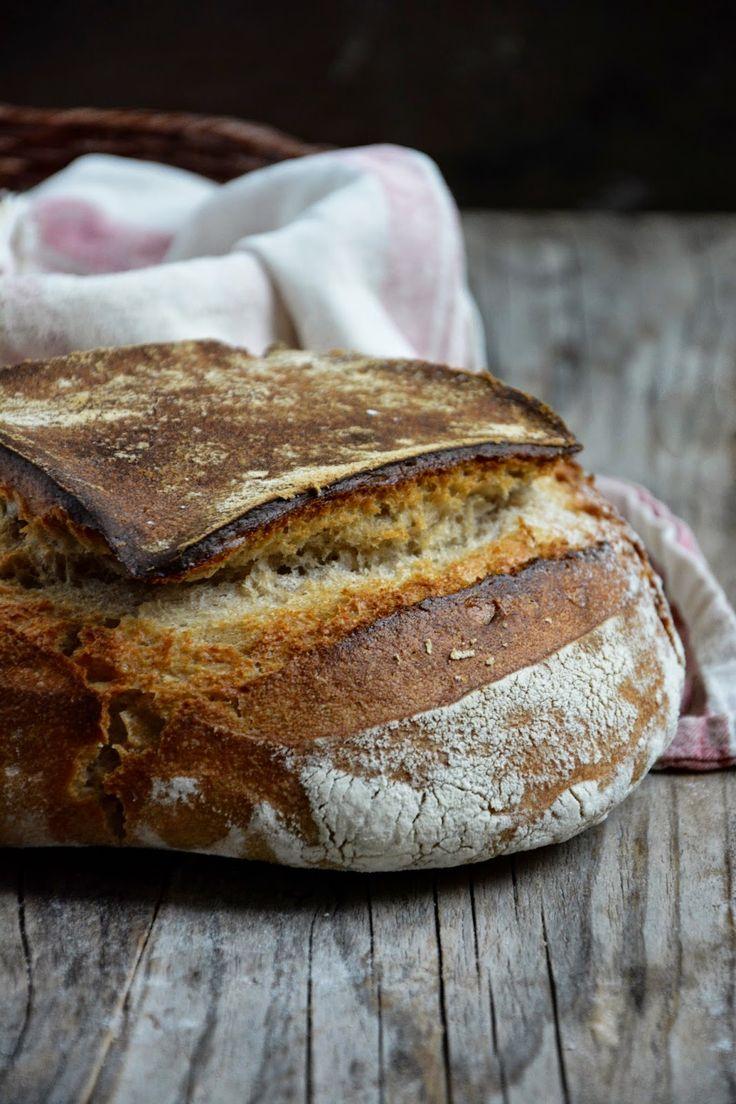 Je continue à être fascinée par le levain. Simplement de l'eau et de la farine et au bout du compte, de magnifiques pains.  Il faut quand...