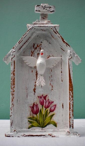 Oratório feito em madeira de caixote, com rolos de papel em pátina
