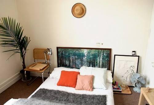 Foto op het hoofdeinde van het bed.