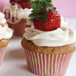 Deze cupcakes zijn fruitig, zoet en ontzettend lekker. Er worden verse aardbeien in gebruikt en de cakejes worden met een heerlijke roomkaasglazuur besmeerd.