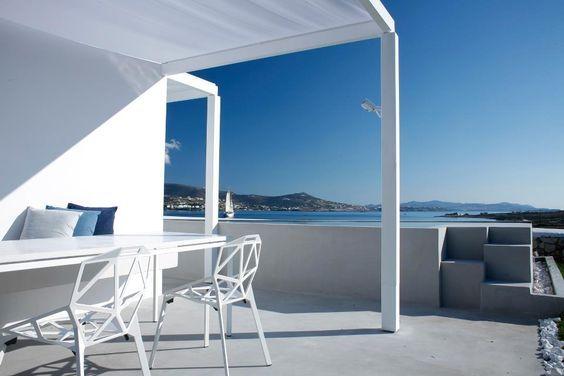 Το καλοκαίρι στην Ελλάδα η κυριαρχία του μπλε βρίσκεται σε αρμονία με το απόλυτο λευκό των επίπλων εξωτερικού χώρου της Magis.