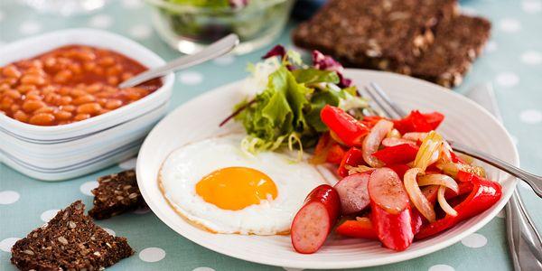 Langelænder hotdogpølser med Baked beans og stegt æg