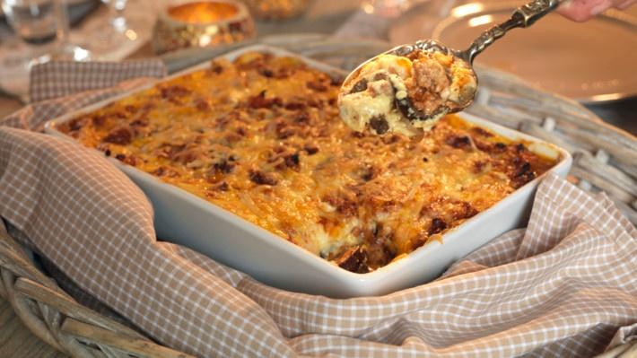 Moussaka - matprat.no: bruk 4-5 mellomstore poteter og 1 aubergine, og bruk en halv buljongterning men uten extra 2 dl vann!