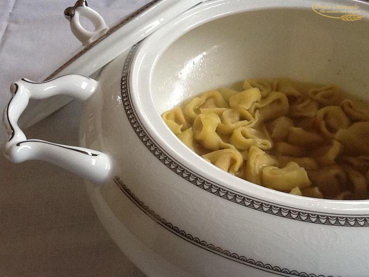 tortellini fatti in casa, in brodo         http://www.pastaenonsolo.it/tortellini-fatti-in-casa-in-brodo/
