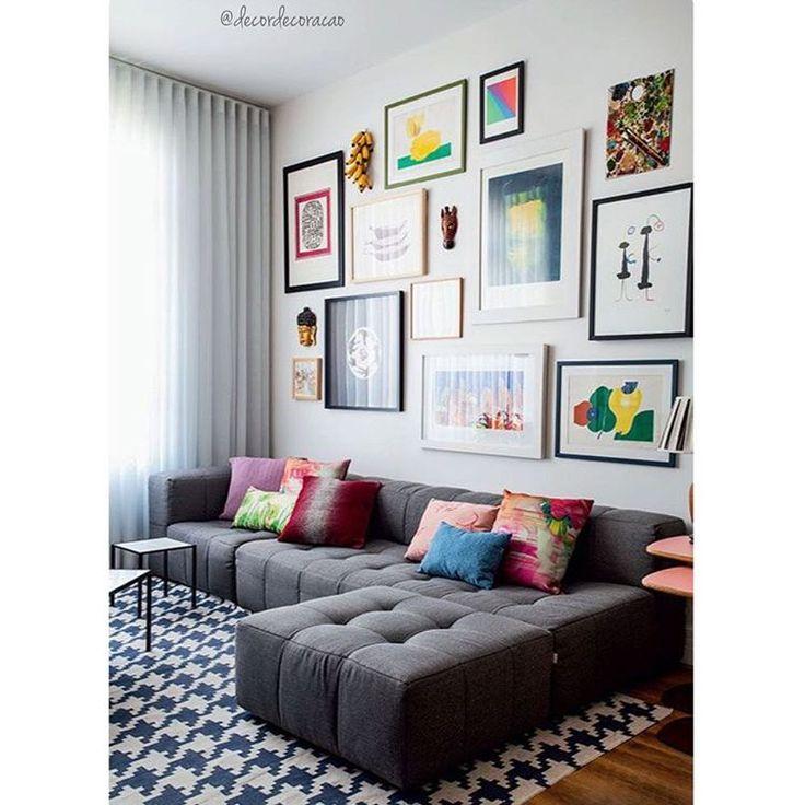 """""""Living com tapete geométrico, composição de quadros e almofadas coloridas deixaram o ambiente despojado, divertido e aconchegante! Muito amor! ❤️❤️❤️…"""""""