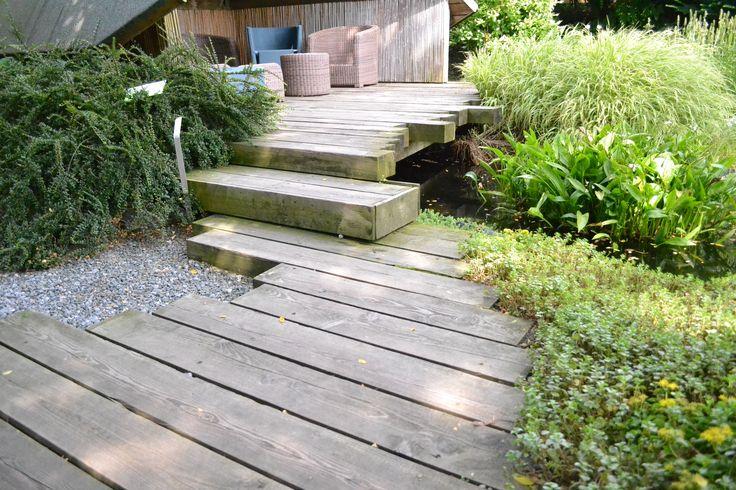 Looppad en trap van onbehandelde houten balken