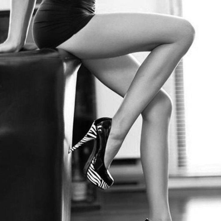 Zgrabne nogi w czerni i bieli