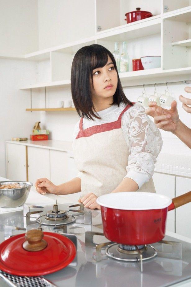 橋本環奈の初めての挑戦をリポートする月刊ザテレビジョンの連載「First Story」。発売中のお正月特定号では、福岡出身の橋本が初めて関東風のお雑煮作りに挑戦した。感想は?「新年をお祝いして、きょうは関東風のお雑煮作りに初挑戦しました。関...