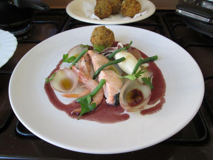 Gino D'Aquino/  Trittico  di  pesce,  salmone   gamberetti  e calamaro  con  crocchetta  di patata  al limone e  cannella  , fagiolino  cipolle e  burro al vino rosso     / Gino D'Aquino