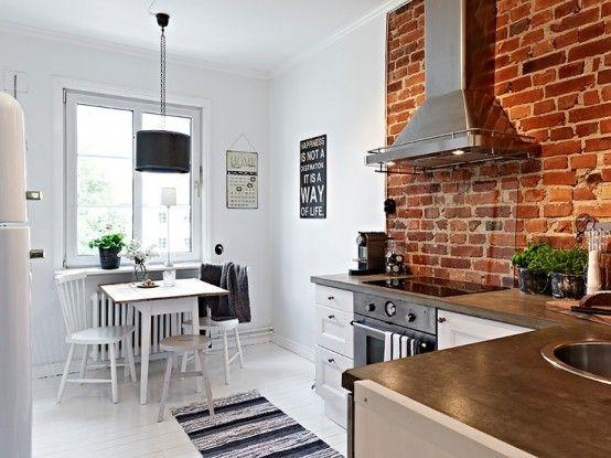 mała kuchnia skandynawska z elementem ściany z czerwonej cegły - Lovingit.pl