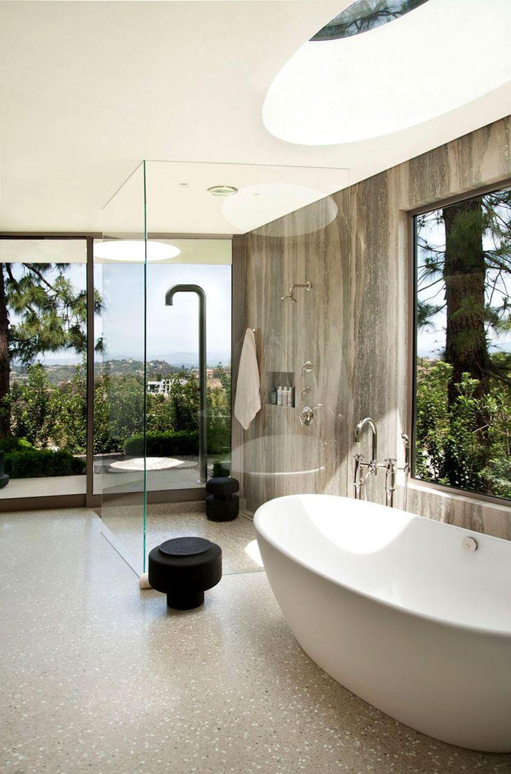 El baño principal de la residencia tiene una increíble vista de Beverly Hills.