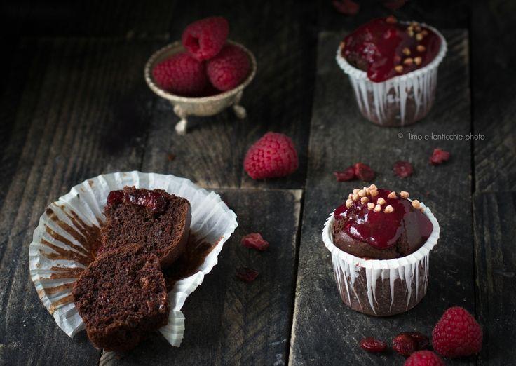 Dei golosi Mini muffin ai lamponi e mirtilli rossi una ricetta semplice e vegan con confettura di lampone e cioccolato, ottimi da colazione o merenda