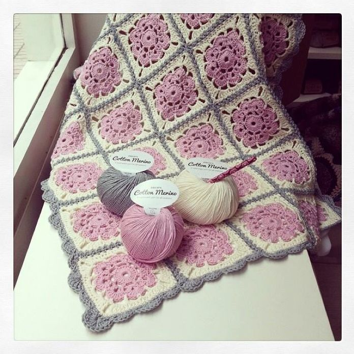 See the gorgeous baby blanket in #dropsdesign Cotton Merino that Spanish store entre telas shared with us. #crochet