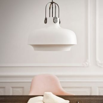 Suspension Copenhagen – Blanc – Ø35 cm – And Tradition La suspension Copenhagen est le résultat d'une combinaison de styles différents. Son design est classique et moderne à la fois, tandis que son inspiration trouve son origine dans l'industriel et le maritime. Le tout forme un ensemble élégant et poétique à la fois qui ne manquera pas d'apporter un certain cachet dans votre intérieur. Avec son double éclairage, elle vous prodiguera une lumière directe et indirecte à la fois.