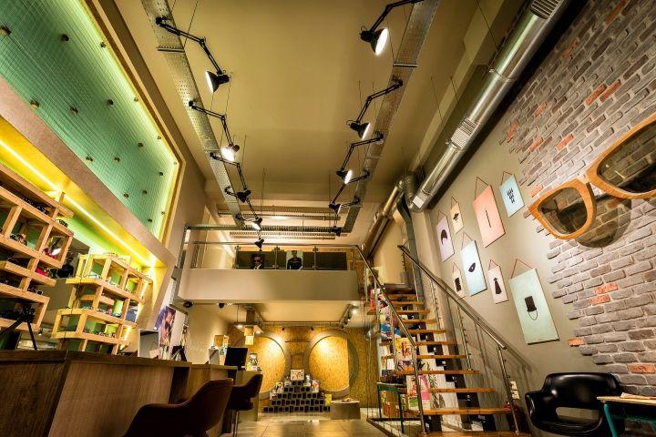 Уникальный интерьер салона оптики в стиле ретро в Патрасе, Греция