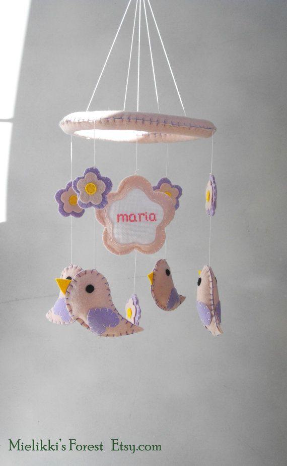 Giostrina con fiori uccellini e nome di MielikkisForest su Etsy