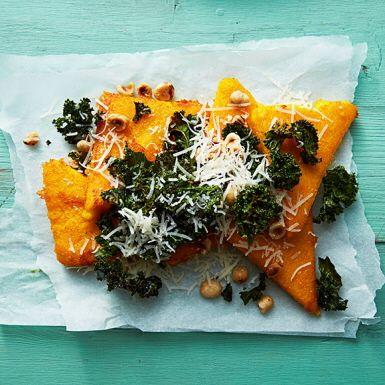 Polenta är små majsgryn och vanligt som tillbehör i det italienska köket – ordet betyder just majs. Här smaksätter vi polentan med saffran, kokar och steker i fina bitar. Sedan är det bara att ösa på med grönkålschips, parmesan och hasselnötter. Gott till julskinkan!