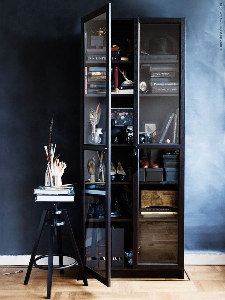 Billy kann wie ein komplett anderer Kandidat aussehen, wenn man Glastüren anbringt. Diese hier sind – natürlich – ebenfalls von IKEA. Einfach alles in Mattschwarz ansprühen oder lackieren und schon sieht das gute Teil viel teurer aus, als es eigentlich war. Diese Idee ist der Beweis, dass sogar chaotische Regale opulent und interessant aussehen können. Danke, IKEA!