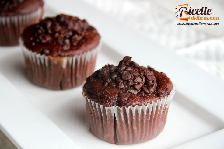 Questi muffin sono ideali per gli amanti del cioccolato. Sono buonissimi e resi ancora più golosi dalla presenza delle gocce al cioccolato. Se li volete un pò meno cioccolatosi, potete sempre provare i muffin semplici alle gocce di cioccolato. Procedimento In una prima terrina mettete tutti gli ingredienti secchi: farina, zucchero, cacao e lievito. Mescolate […]