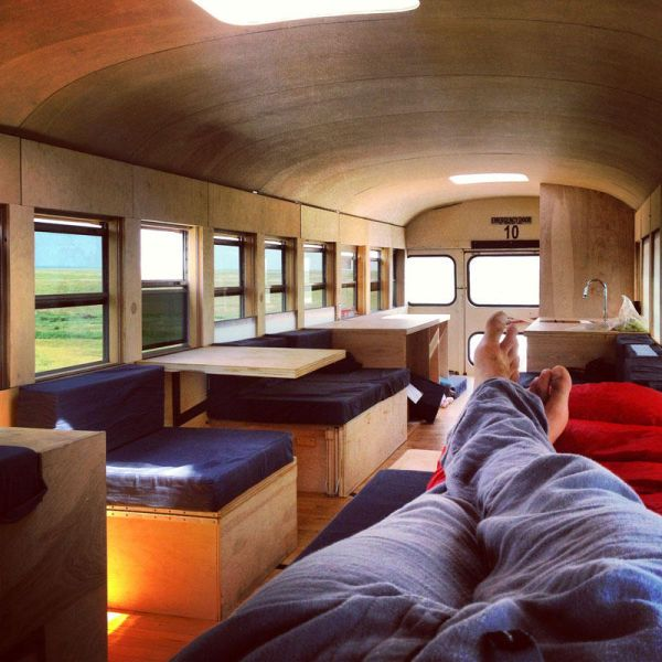 a cool school bus conversion into a fullyfunctional mobile home 640 17 Il transforme un vieux bus de $3000 en espace habitable