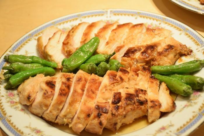 鶏の味噌粕焼き  材料(2~3人前)  とりもも ブロック500g 味噌・練粕※味噌:練粕=1:1の分量 鶏500g対し、味噌・練粕各大2 日本酒少々 味醂少々 オリーブオイル適量 付け合せ  ししとうお好みししとうは、ヘタの部分を少しカットし、 中が弾けないよう少し切り込みを入れる。 ごま油適量フライパンに、ごま油をしき、ししとうを炒める。 塩少々塩で味付けをし、付け合せにする。    作り方  ステップ1:鶏はブロックのまま、フォークで穴をあけ、味を染み込みやすくする。 ステップ2:次に、ジッパー付きの袋に、鶏・調味料全て入れる。 ステップ3:2を揉み込み、全体に調味料が馴染んだら、1~2日冷蔵庫で保存する。 ステップ4:3を取り出し、鶏についている余分な調味料を取る。(少し調味料が付いていても問題ないです。) ステップ5:フライパンにオリーブオイルをしき、4の鶏を焼く。鶏は、肉厚がある為、弱火でじっくり焼く。 ステップ6:鶏が焼けたら、フライパンから取り出し、3cm幅にカットする。 ステップ7:お皿にのせて、完成。