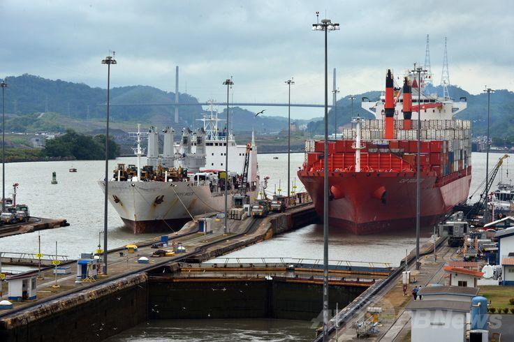パナマの首都パナマ市(Panama City)で、パナマ運河(Panama Canal)のミラフローレス閘(こう)門(Miraflores Locks)を通過する貨物船(2013年5月9日撮影、資料写真FILE)。(c)AFP/Rodrigo ARANGUA ▼10Jul2014AFP|中国企業、ニカラグアに運河建設 大統領が承認 http://www.afpbb.com/articles/-/3020229 #Panama_Canal