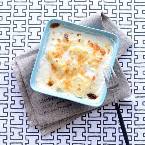 材料(2人分)  じゃがいも…4個 牛乳…300cc 塩…小さじ1/2 ナツメグ(あれば)…適量 ニンニク…1片 ピザ用チーズ…100g  下準備  じゃがいもは皮と芽をとりのぞき、1cm厚にカットし、水にさらしておく。ニンニクは皮をむき縦半分にカットし、芽をのぞいておく。  作り方  [1]鍋に牛乳と水気を切ったじゃがいも、ニンニクと塩、ナツメグを加えて中火にかける。  [2]沸騰寸前で弱火にし、たまにかき混ぜながらじゃがいもに火が通り水分が半分くらいになってとろみがつくまで15分くらい煮て、味見をして塩味を整える。  [3][2]を耐熱皿によそい、チーズをかける。  [4]トースターやグリルで焼き色がつくまで加熱する。