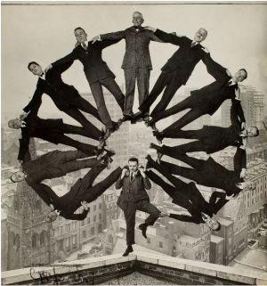 """HAY RETOQUES ANTES DEL PHOTOSHOP. 'Hombre en un tejado sujetando a otros once en formación sobre sus hombros'. Autor desconocido. Exposición """"Altéralo. La fotografía manipulada antes de Photoshop"""" Metropolitan Museum de Nueva York (MET); 2011"""