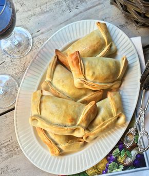 Empanadas Chilenas - La empanada chilena, famosa dentro y fuera de Chile, también llamada empanada de horno o de pino, está hecha con masa delgada de harina de trigo, manteca y salmuera, con un relleno (pino) de carne picada, cebolla, condimentos, aceitunas, huevo duro y pasas, el cual debe quedar jugoso una vez que se hornee.