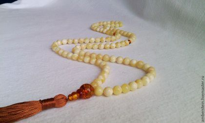 Четки мусульманские из балтийского янтаря цвет белый в интернет-магазине на Ярмарке Мастеров. Четки мусульманские из формованного балтийского янтаря белого цвета. 99 камней. Диаметр шаров 8,0 мм. Вес изделия 37,5 грамма. Очень красивые, строгие четки.