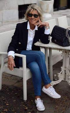 Moda anti-idade: Jeans combina com. tudo - Moda anti-idade: Jeans combina com… tudo, Sie sind an der richt - Over 60 Fashion, Over 50 Womens Fashion, Fashion Over 50, Fashion Women, Classic Womens Fashion, Classic Outfits For Women, Classic Fashion Outfits, Fashion Dresses, Sneakers Fashion Outfits