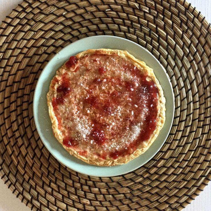 pancake leggero con albumi d'uovo e farina d'avena guarnito qualche fiocco d'avena, marmellata senza zuccheri e una spolverata di cocco rapè