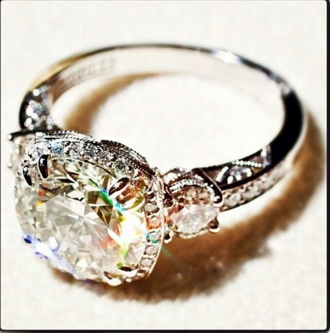 Vintage wedding ring ♥ It seems beauitufl in theory but not sure about the gold color and how it would look on my finger.