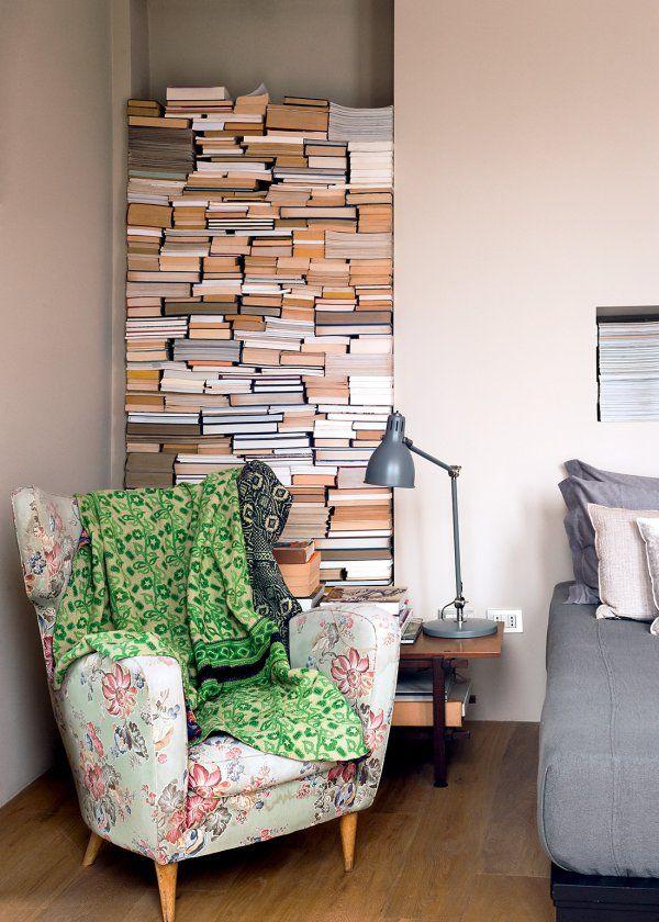 Un niche dans le mur comme bibliothèque