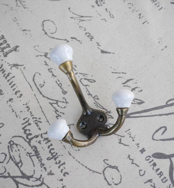 Vacker krok i gammeldags stil med en mjuk blandning av guld och vitt. Modellen är i dubbelhängare med tre hängare. Med stomme i