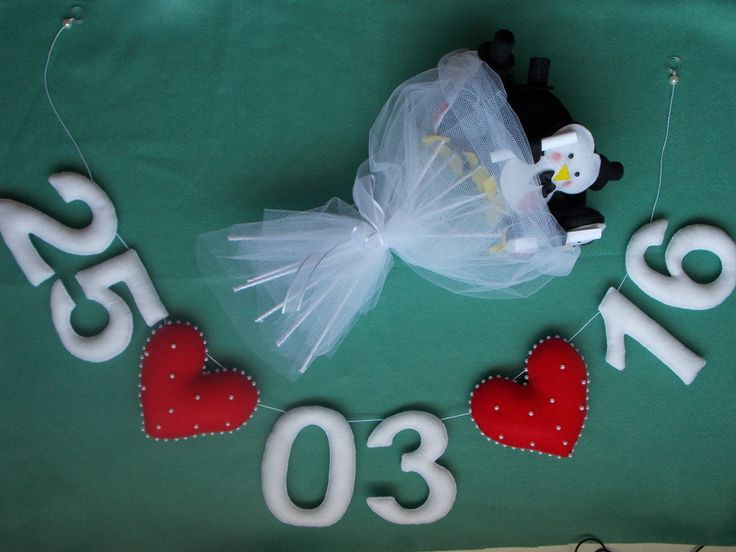 Varal com data em feltro.  6 números e 2 corações.  Altura números: 11 cm