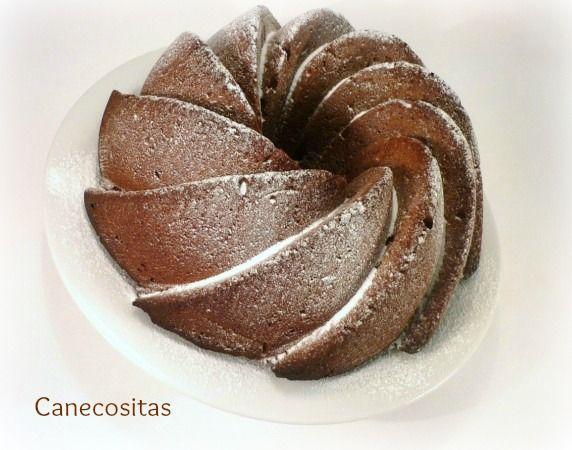 Prepáralo con tu molde más original con agujero y disfruta de un bizcocho denso de chocolate aromatizado a la naranja.