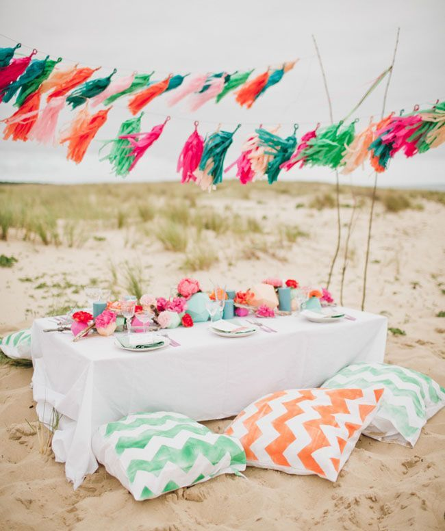 Cute beach party table. Different colors though. Thinking more of your wedding colors @reripmo. Mint, gold/ burlap, and white. With dusty/light pink flowers and baby's breaths in mason jars.