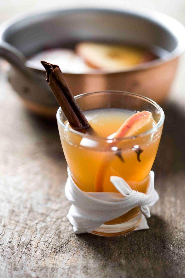 Winter Apfeltee mit Schuss - der wärmt euch und schmeckt so gut!  Für 2 Tassen: • 350ml Wasser, 100ml trüben Apfelsaft, 1 Zimtstange, 3 Nelken, einen Halben Apfel in Scheiben für 10Min köcheln • Mit einem Spritzer Zitronensaft, 1EL Zucker und 50ml Boubon Whiskey verfeinern, dann heiß servieren  Cheers!