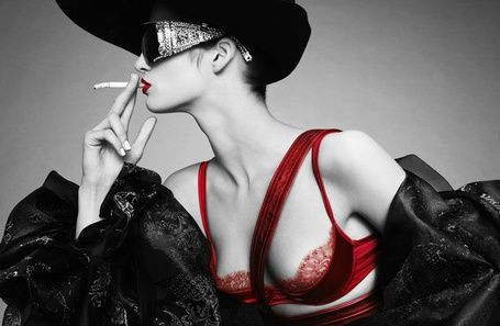 Красное, черное, классика - девушка в очках с сигаретой