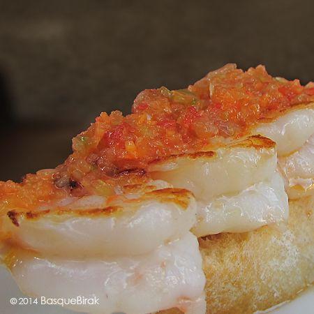 Ruta de pintxos en Donostia: brocheta de gambas a la plancha. Pintxo crawl in San Sebastián: grilled shrimp skewer. Virée pintxos à San Sebastián : brochette de crevettes à la plancha. #pintxos #donostia #sansebastian #basquecountry #paysbasque www.basquebirak.com