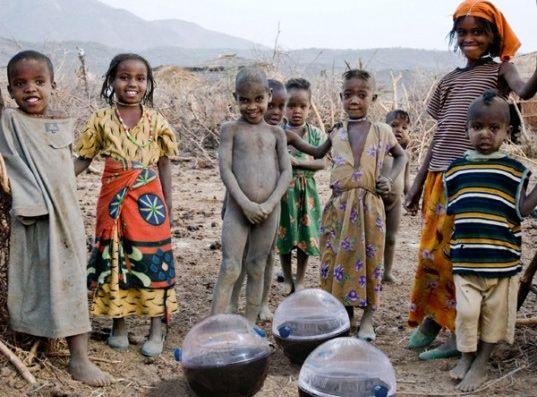 Pelota solar para purificar agua  Este invento ha sido pensado para las zonas donde hay problemas de suministro de agua potable.