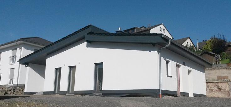 Das Highlight dieses #Bungalows mit #versetzten #Pultdach ist ein offener #Wohnbereich bis zum #Dach. Er bietet den #Bauherren einerseits einen gemütlichen Platz zum Verweilen und vermittelt jedoch gleichzeitig das Gefühl von Großzügigkeit. Das #Projekt unseres #Baupartners wurde mit #haufwerksporigen #Liapor®-#Massivwänden in einer Außenwandstärke d=42,5 cm, LAC2-0,55 erstellt und es konnte so auf eine zusätzliche #Außendämmung verzichtet werden.