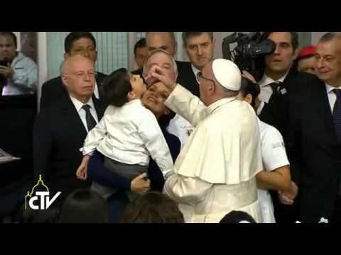 "Il Papa: l'""affettoterapia"" aiuta i sorrisi dei bambini"