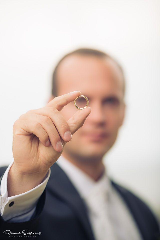Gommen holder på elegant vis sin vielsesring.