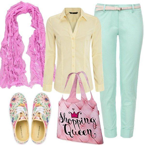 Ho scelto i colori dei giardini fioriti in primavera per creare questo look, allegro e perfetto per una passeggiata in bicicletta, per andare a fare la spesa o per andare in ufficio. Pantaloni aderenti alla caviglia di colore verde, con cintura e risvolto, camicia di colore giallo a maniche lunghe con scollo a V, sneakers multicolore in fantasia floreale, sciarpa rosa e borsa tote multicolore.