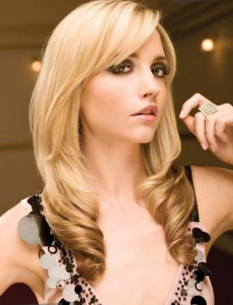 Длинные волосы с косой челкой - http://popricheskam.ru/97-dlinnye-volosy-s-kosoj-chelkoj.html. #прически #стрижки #тренды2017 #мода #волосы