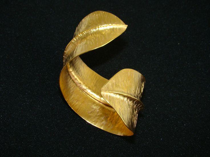 Brazalete de Hoja hecho en bronce enchapado en oro de 24 quilates